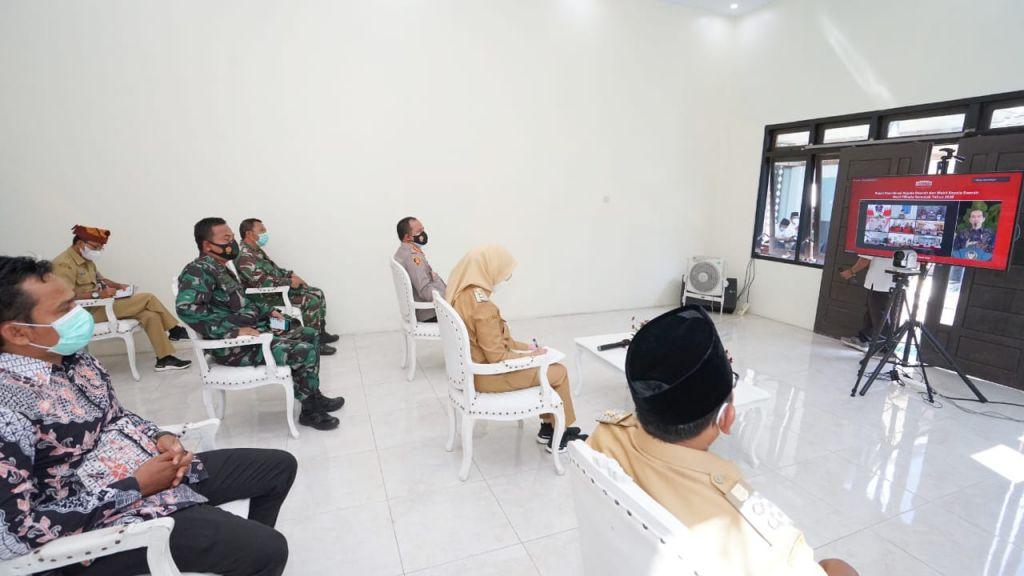 Bupati Banyuwangi Ipuk Fiestiandani bersama Forkopimda mengikuti rapat koordinasi virtual dari Balai Desa  Siliragung