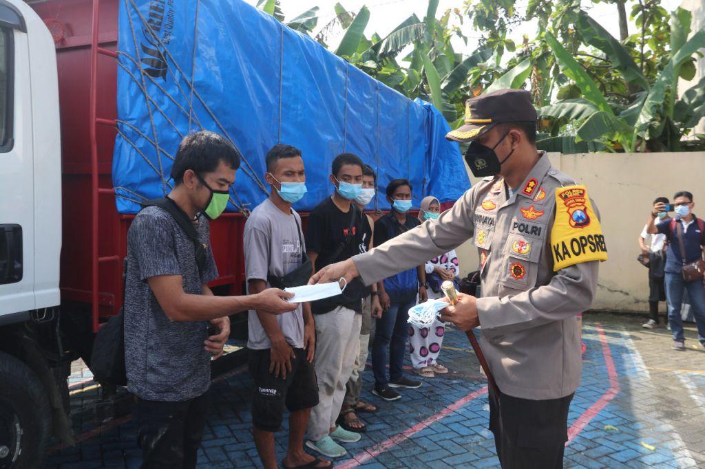 Kapolres Ngawi, AKBP I Wayan Winaya memberikan imbauan kepada para pemudik yang menumpang truk