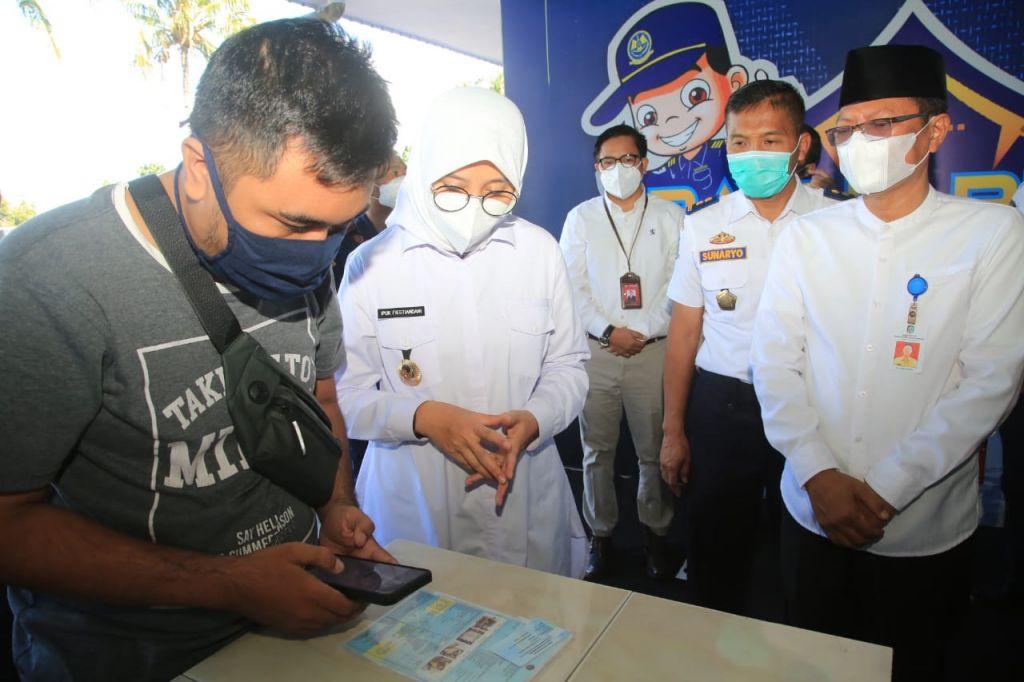 Bupati Banyuwangi Ipuk Fiestiandani saat peluncuran program Bayu Arum (Bayar dan Daftar Uji Kir dari Rumah)