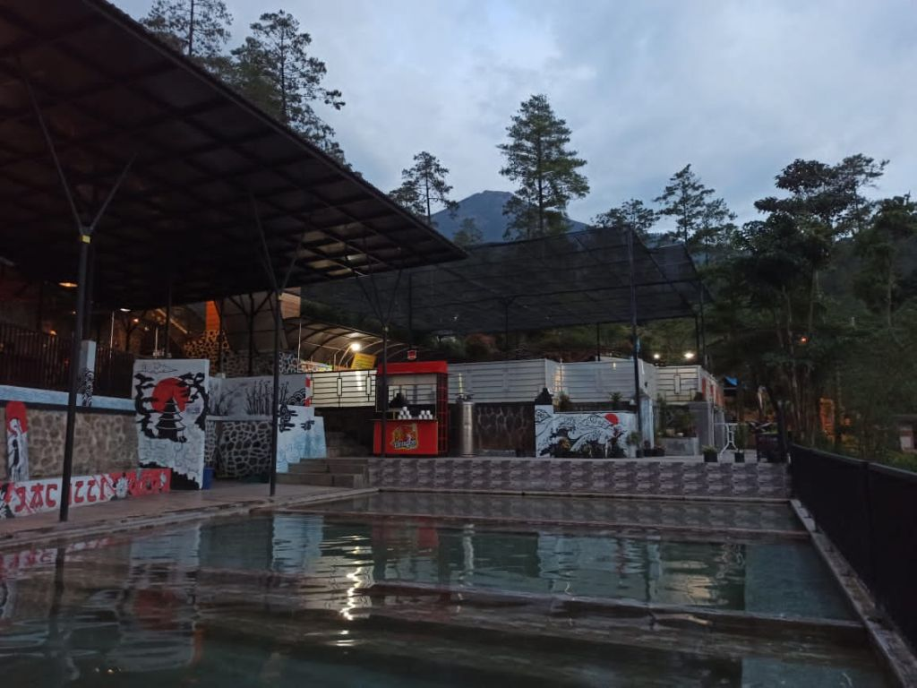 Kolam air hangat Jacuzzi Pool, Kafe dan Karaoke di Pacet, Mojokerto