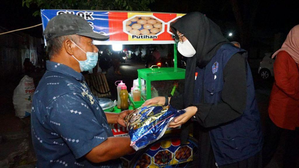 Bupati Banyuwangi Ipuk Fiestiandani memberikan bantuan beras ke PKL