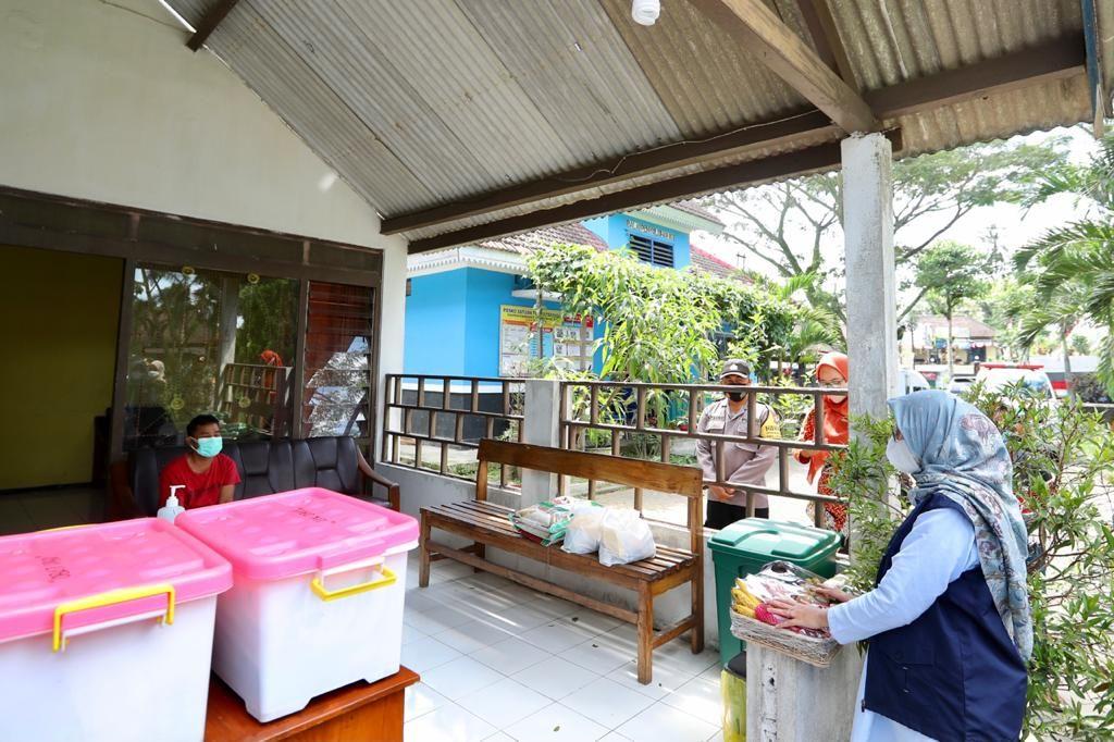 Bupati Banyuwangi Ipuk Fiestiandani saat memberi semangat kepada warga yang isoman di shelter