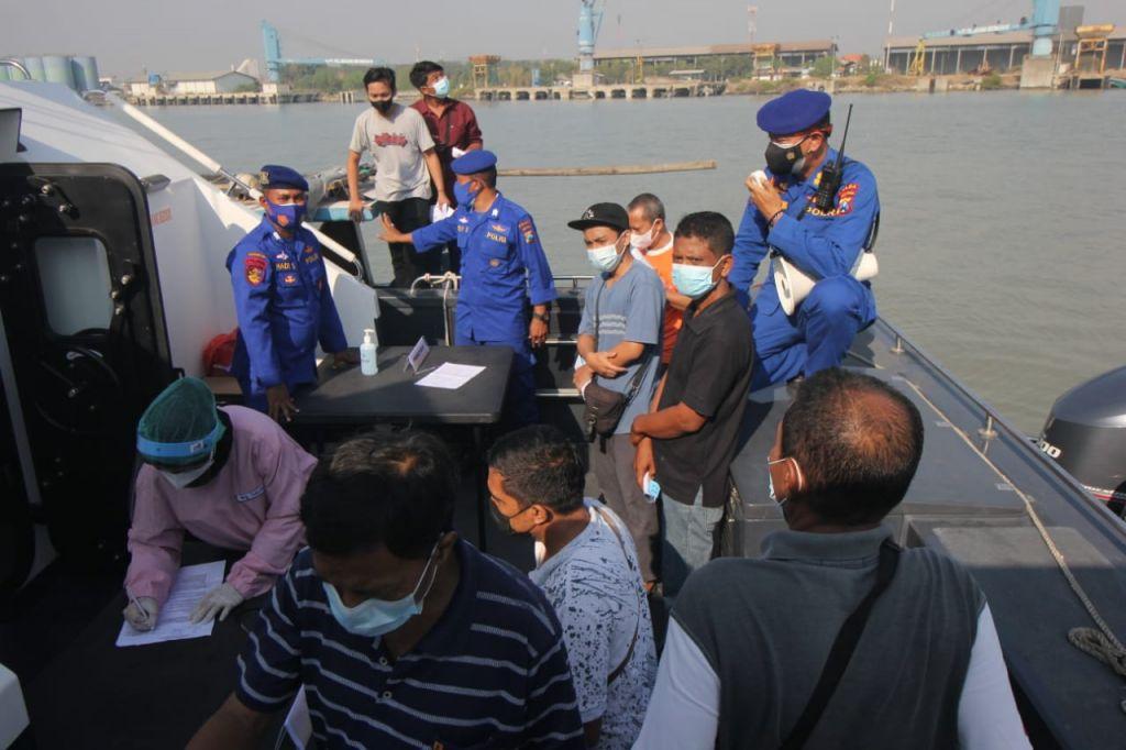 Ditpolairud Polda Jatim gelar vaksinasi bagi nelayan dan warga pesisir Gresik
