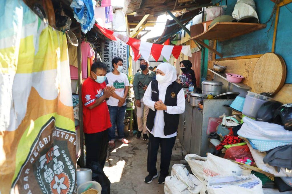 Gubernur Jatim menyapa warga di Gang Kelinci, Joyoboyo, Surabaya.
