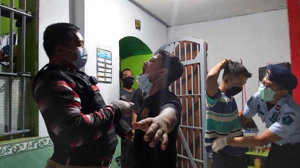 Petugas saat geledah blok hunian warga binaan Lapas Jombang.