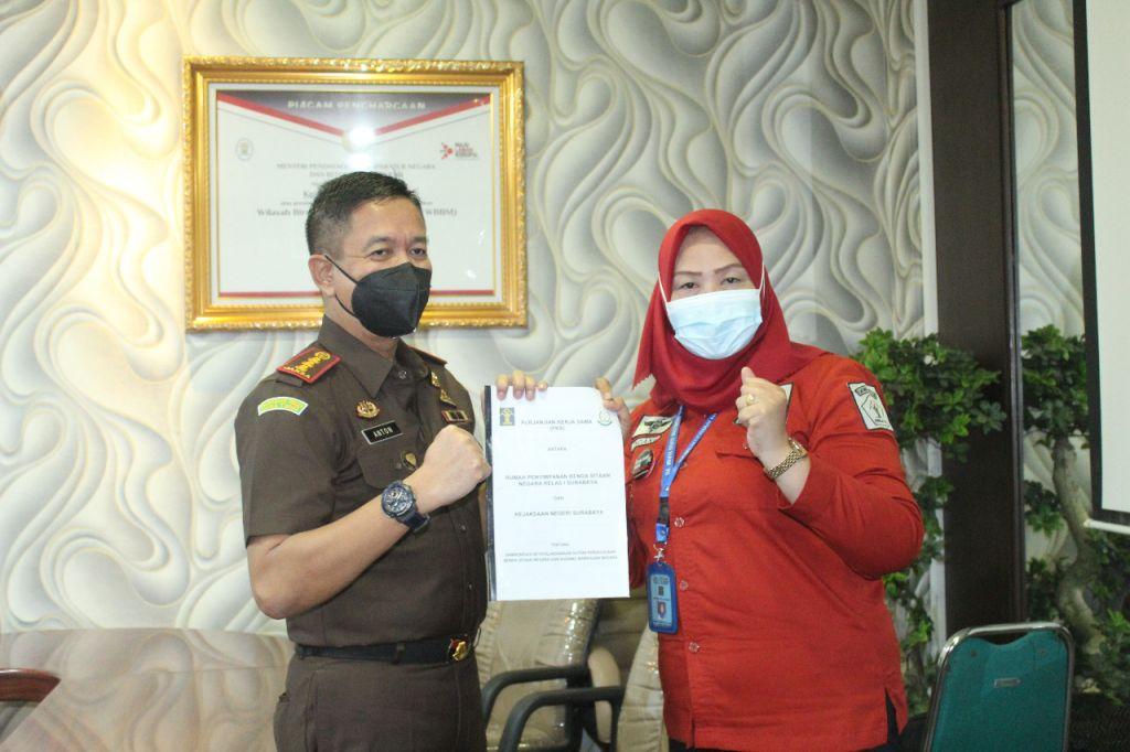 Penandatanganan MoU penanganan barang bukti antara Rupbasan Surabaya dengan Kejari Surabaya.