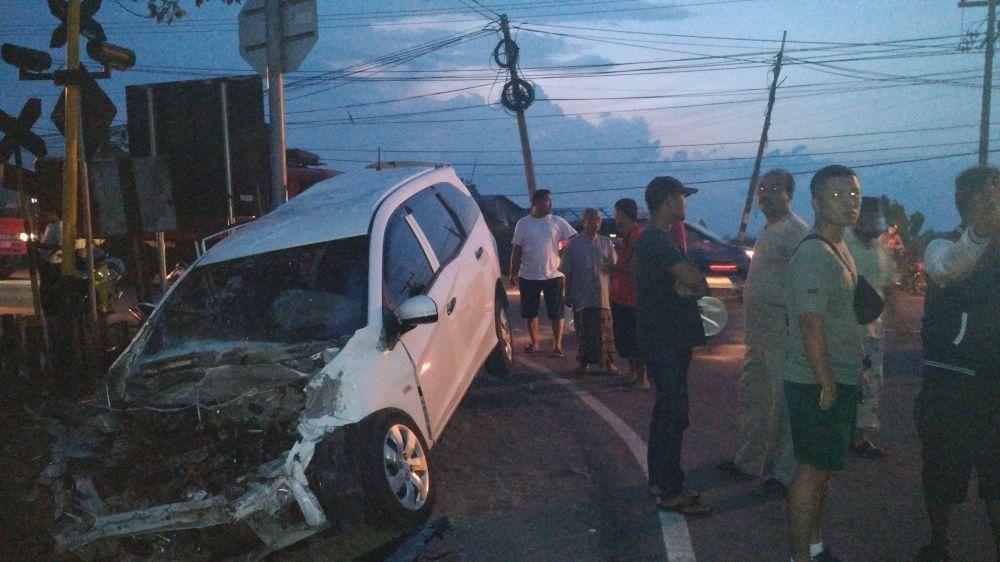 Kondisi mobil Honda Mobilio setelah tersambar kereta api di Beji, Pasuruan