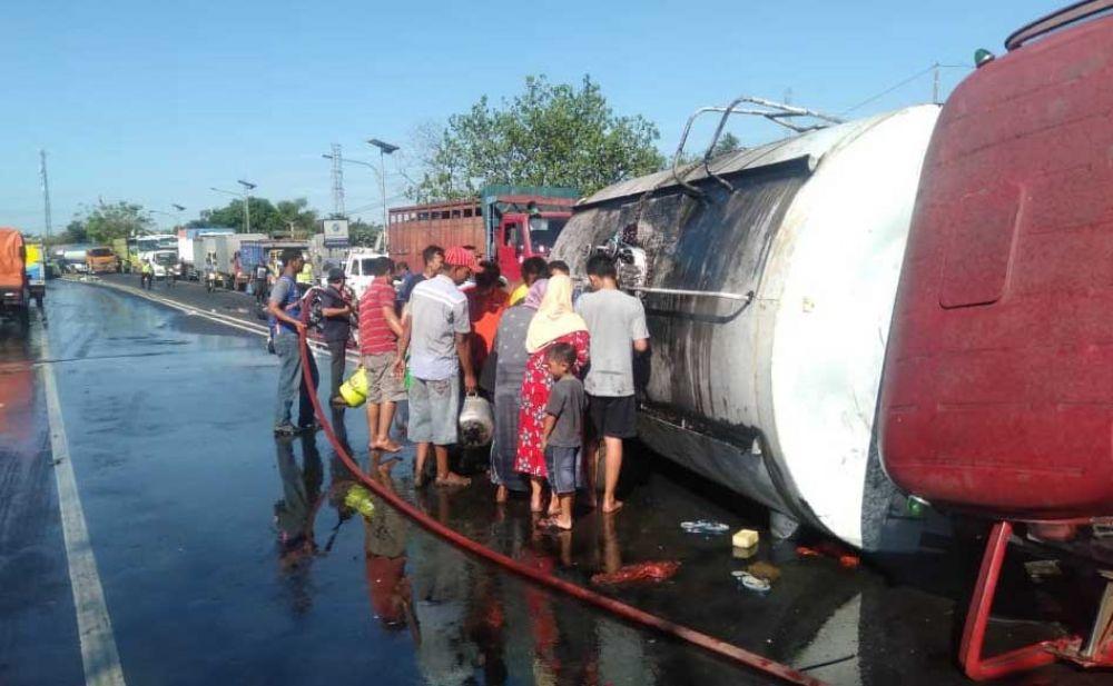 Warga berebut ambil minyak goreng dari truk tangki yang terguling