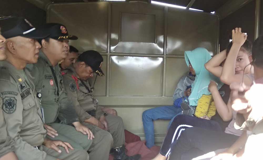 Pasangan yang terciduk diamankan di kantor Satpol PP Mojokerto