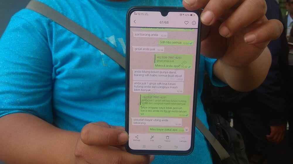 Debitur menunjukkan pesan teror dari penagihan jasa pinjaman online