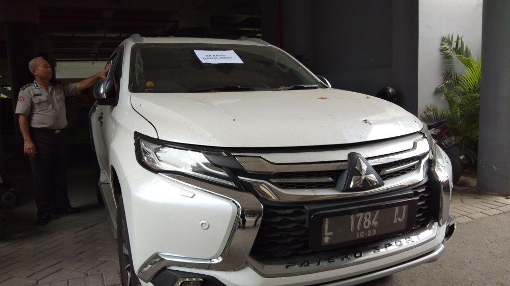 Salah satu mobil yang disita dari Novi, pacar dari Hendra, otak sindikat hacker yang digerebek di Surabaya