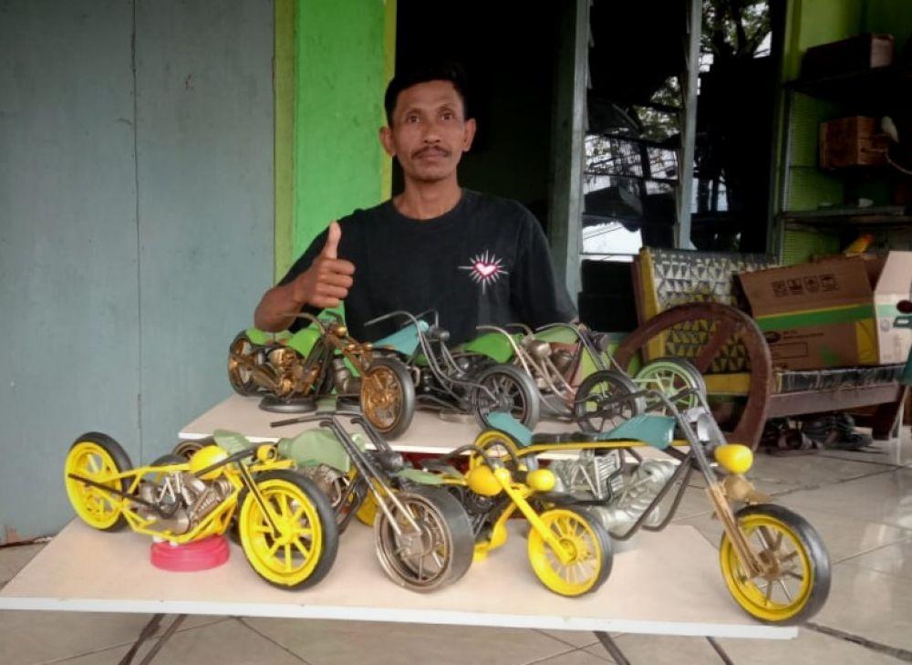 Replika motor lain karya Ngatimun, warga Brondong, Lamongan