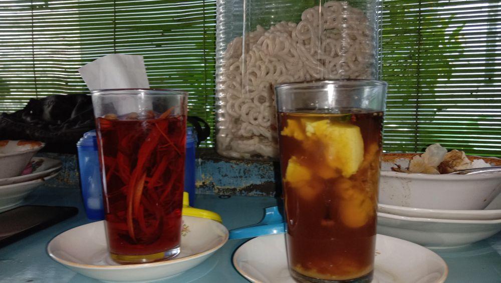 Warung Cak Moek juga menyediakan minuman khas Gresik, yaitu wedang pokak