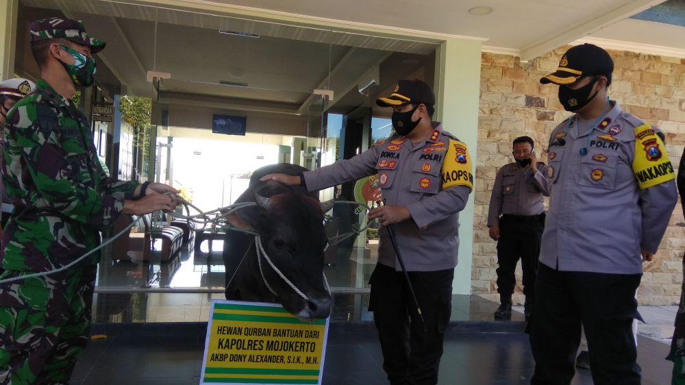 Kapolres Mojokerto AKBP Dony Alexander memberikan bantuan hewan kurban ke Markas Para Raider 503