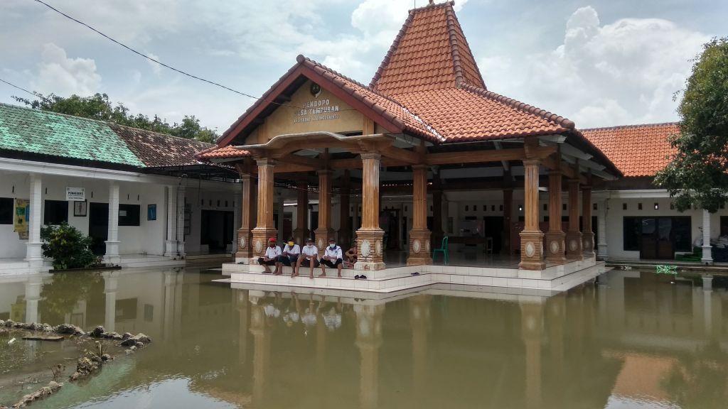 Banjir di Desa Tempuran, Kecamatan Sooko, Kabupaten Mojokerto juga merendam kantor desa setempat hingga gedung sekolah