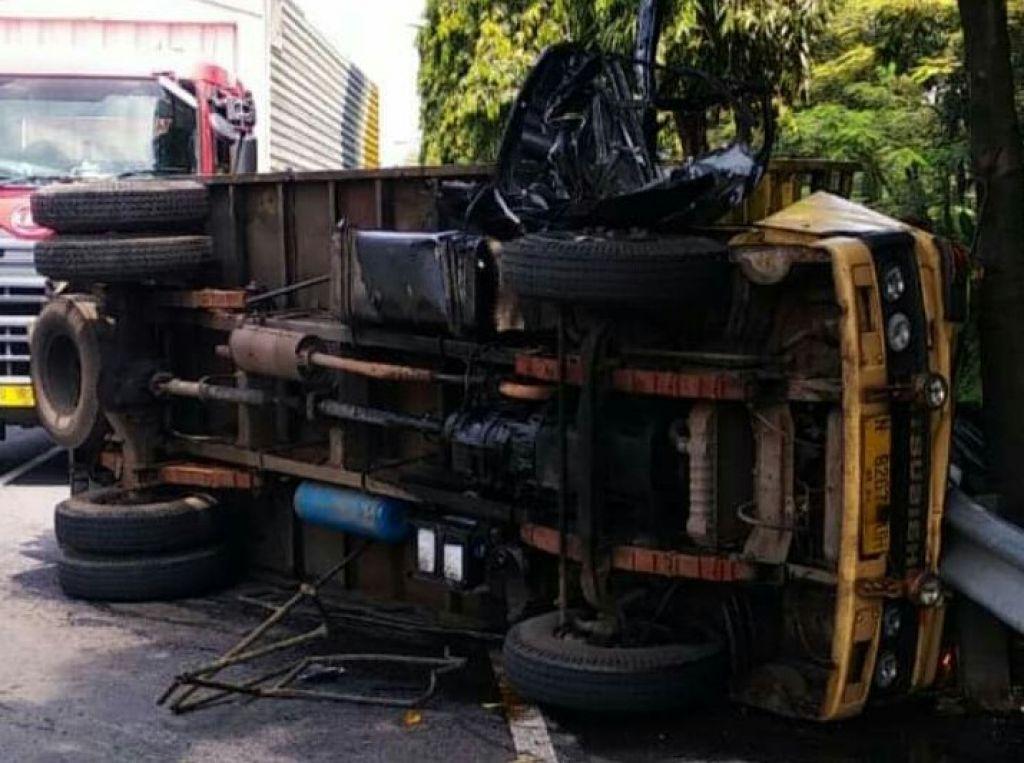 Truk yang bertabrakan dengan mobil Xenia di Pasuruan terguling