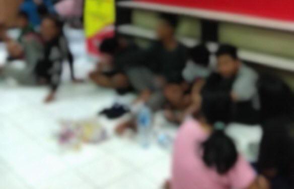Anak-anak yang kedapatan mabuk lem diamankan di Mapolsek Tenggilis Mejoyo, Surabaya.
