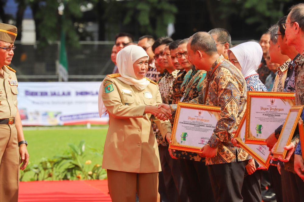 Gubernur Khofifah memberikan penghargaan kepada Pelindo III