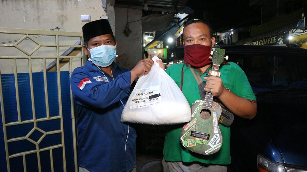 Cak Now berbagi sembako di Tegalsari, Surabaya.