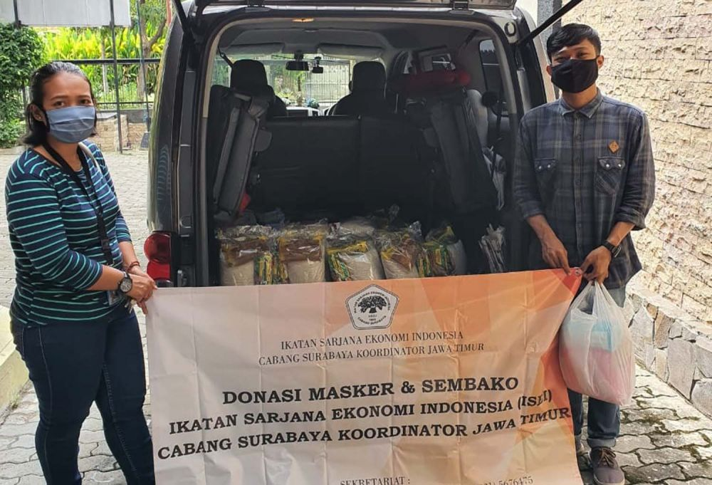 ISEI Surabaya membagikan sembako dan masker untuk warga terdampak Corona