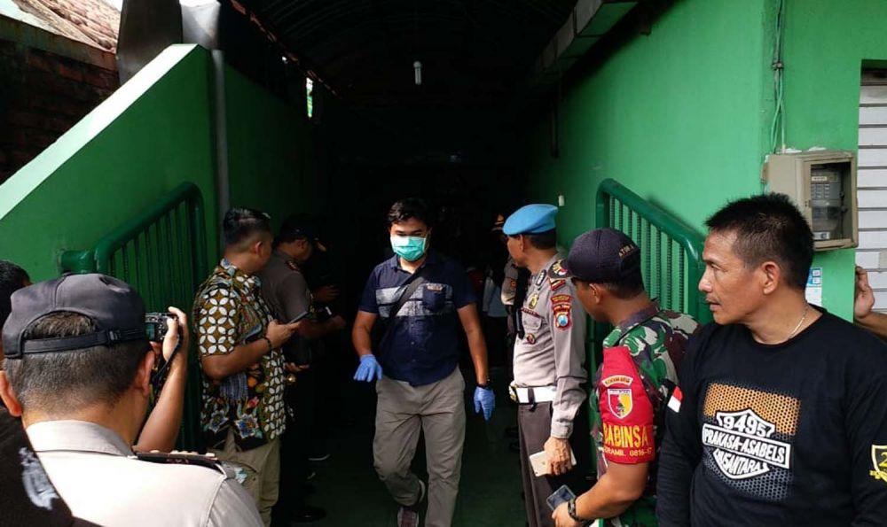 Sejumlah anggota Inafis Polresta Sidoarjo melakukan identifikasi di lokasi kejadian