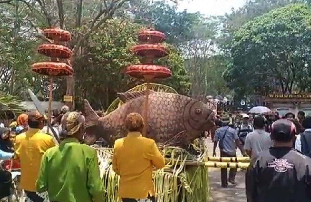Patung ikan seberat 200 kilogram dilarung dalam Larung Sesaji Bogo Mulyo di Waduk Bening, Saradan, Madiun