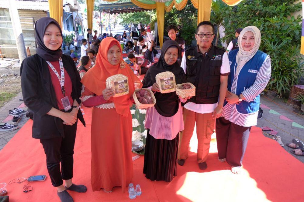 Warga Kampung Seng Surabaya menunjukkan daging kurban yang disembelih di kampunya