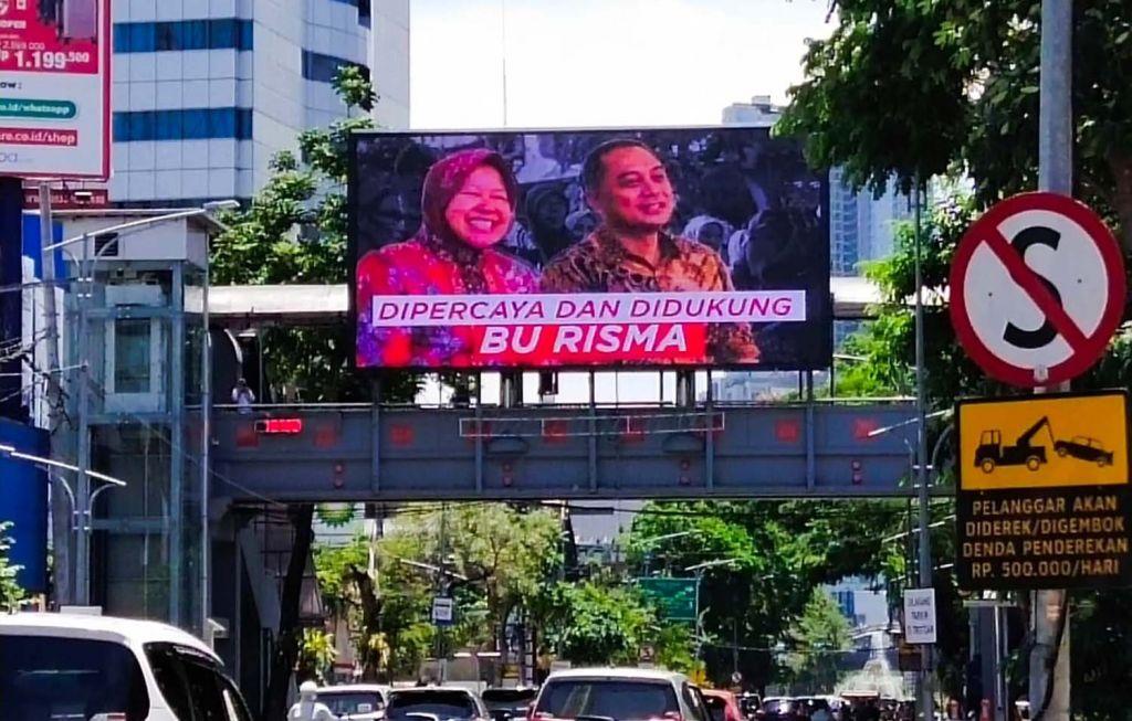 Iklan videotron berisi foto Cawali Eri Cahyadi bersama Wali Kota Surabaya Tri Rismaharini (Risma) di Jalan Pemuda terpampang pada pukul 12.01 Wib, Senin (28/9/2020) (Foto: jatimnow.com)
