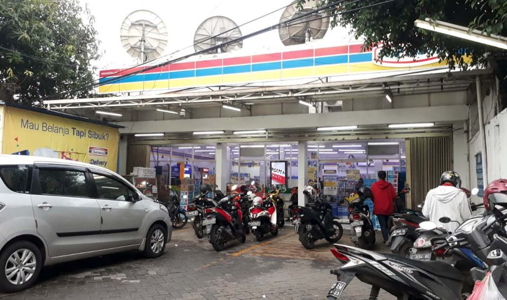 Salah satu toko modern Indomaret di Surabaya