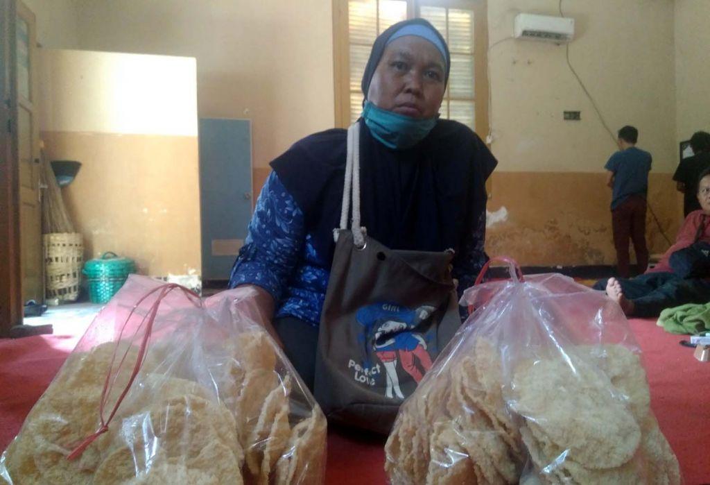 Indri saat menjual kerupuk nasi keliling di Probolinggo