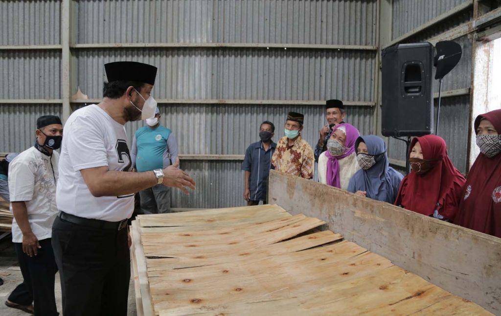 Calon Bupati Ponorogo Ipong Muchlissoni mengunjung pabrik plywood di Desa Plalangan, Kecamatan Jenangan