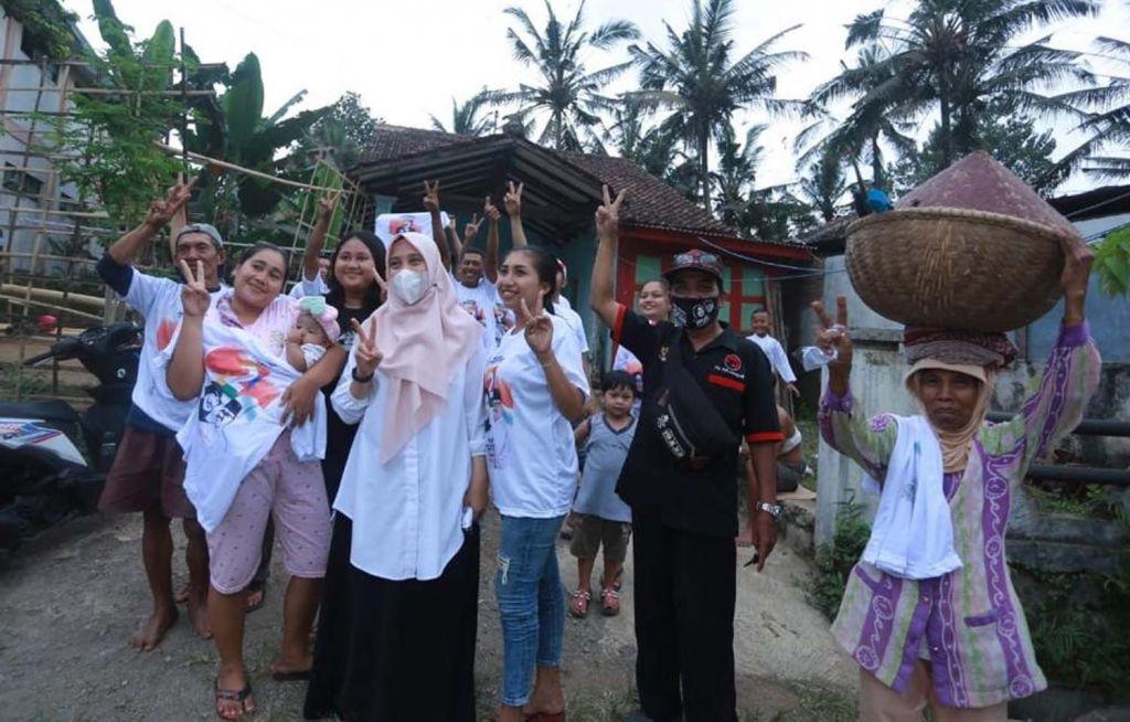 Calon Bupati Banyuwangi Ipuk Fiestiandani saat menyapa warga di Kecamatan Licin