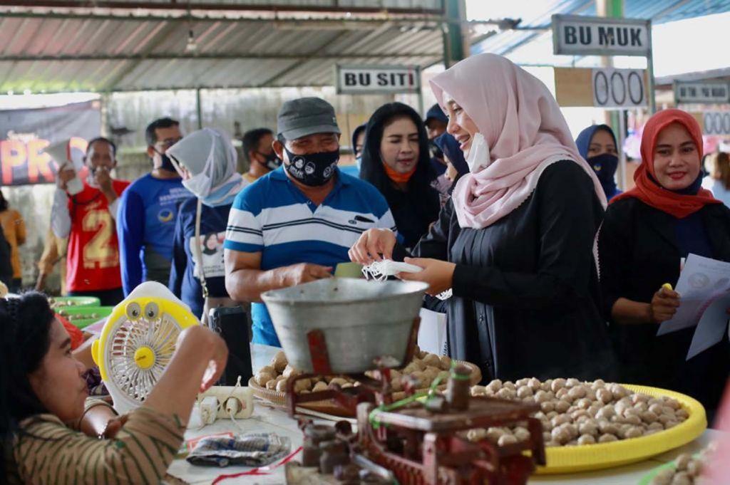 Calon Bupati Banyuwangi, Ipuk Fiestiandani saat mengunjungi Pasar Srono
