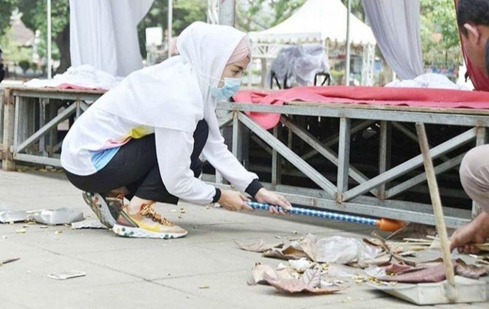Istri bupati yang cantik itu juga membersihkan semua sampah yang ada