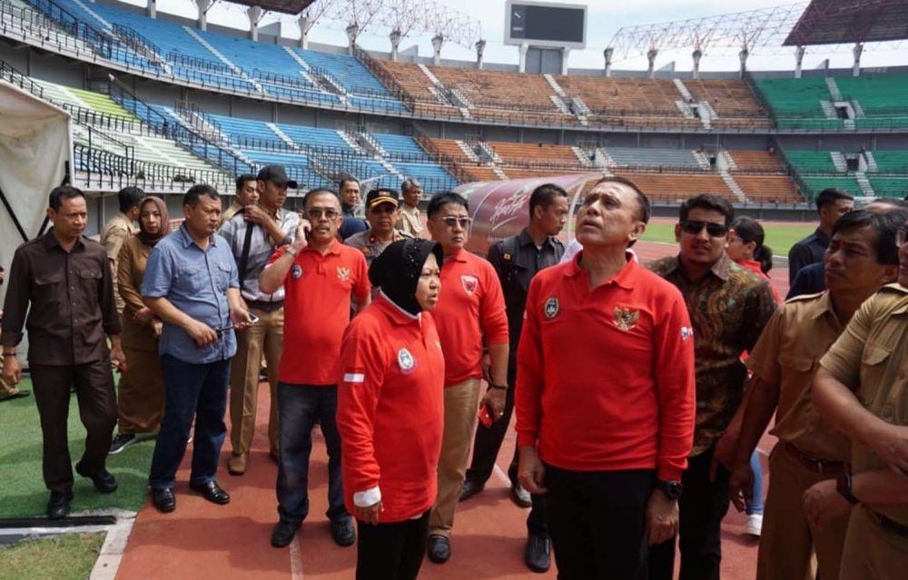 Ketua Umum PSSI Mochammad Iriawan didampingi Wali Kota Risma mengecek kesiapan GBT menyambut Piala Dunia U20