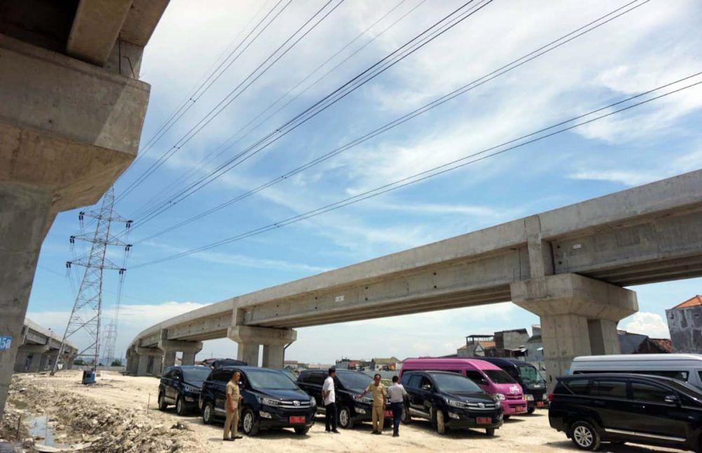 Wali Kota Risma mengecek pembangunan flyover untuk akses jalan menuju GBT
