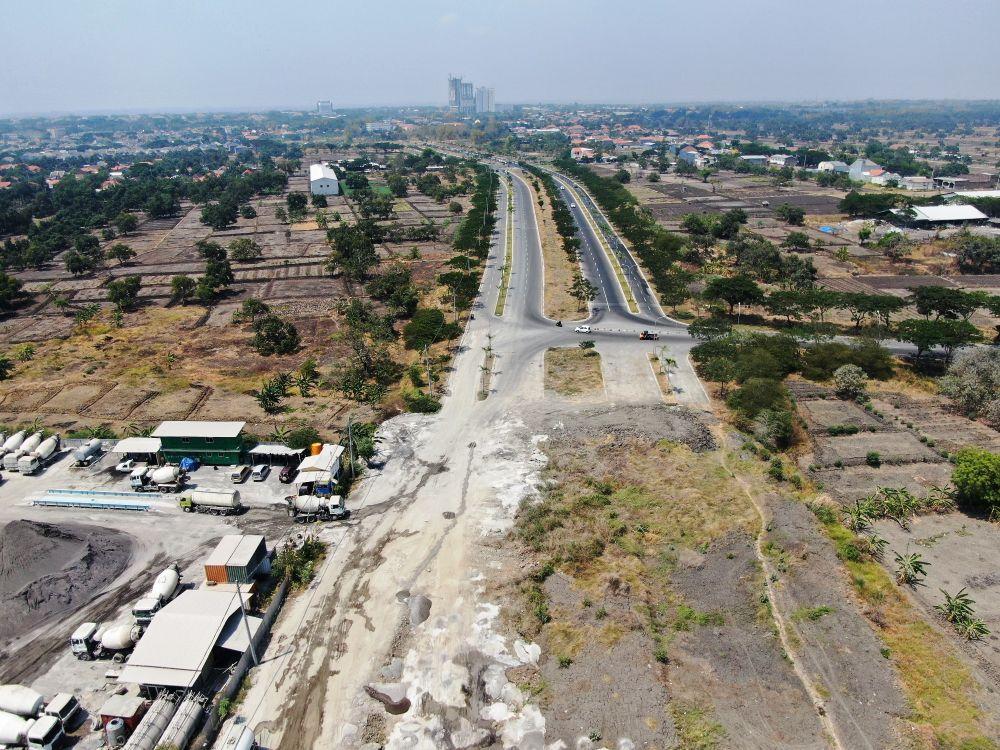 Jalur Lingkar Luar Barat yang saat ini sedang dibangun diproyeksikan menjadi akses jalur logistik baru di Surabaya