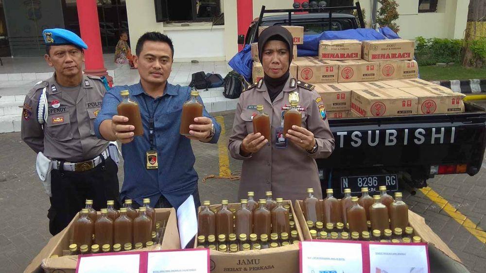 Ribuan botol jamu ilegal dan mobil pengakutnya disita di Mapolrestabes Surabaya