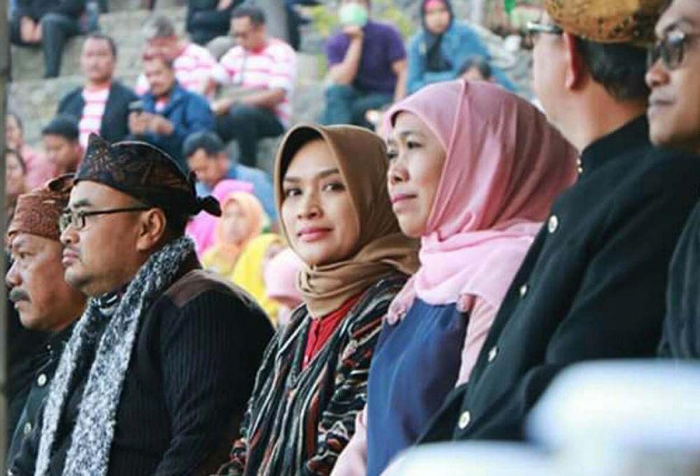Gubernur Khofifah dan Bupati Tantri saat melihat Festival Jatilan di lereng Gunung Bromo