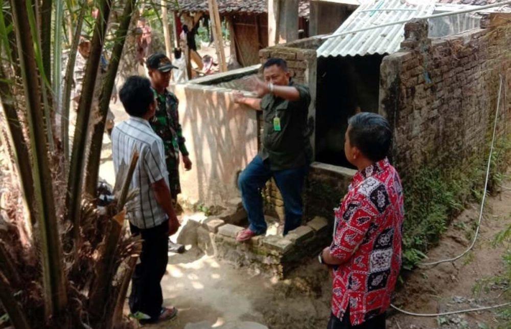 Tim gabungan melakukan survei ke pekarangan rumah warga yang diduga sempat disinggahi macan tutul
