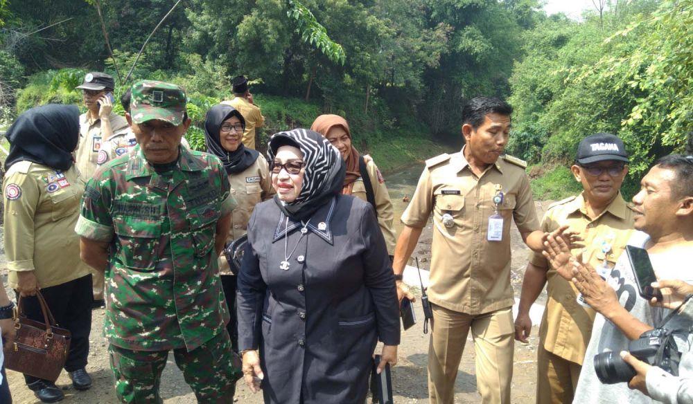 Anggota Komisi 8 DPR RI saat sidak di lokasi jembatan ambrol di Kabupaten Probolinggo