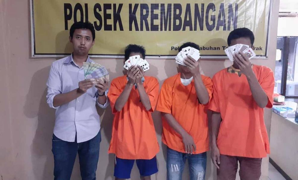 Ketiga pria yang bertaruh Rp 5 ribu diamankan di Mapolsek Krembangan, Surabaya