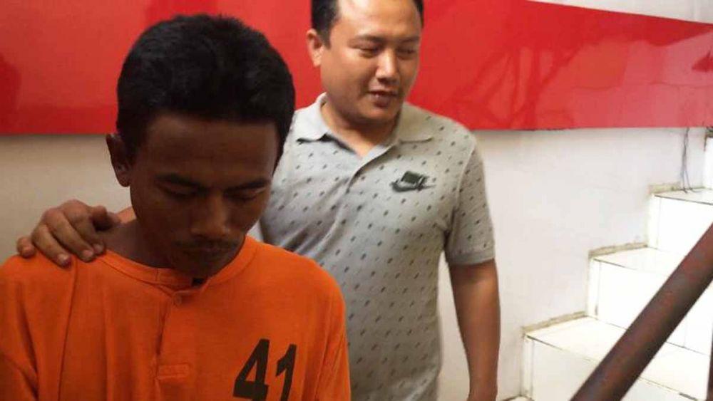 Nasrulloh saat digelandang penyidik ke Sel Tahanan Polres Blitar