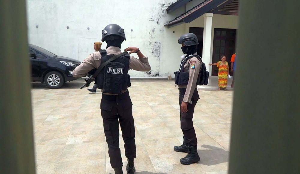 Penggeledahan oleh Penyidik KPK dikawal sejumlah anggota polisi