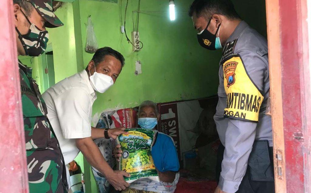 Wakil Ketua Gerindra Jatim, Hidayat membagikan paket sembako ke warga Mojokerto Raya dan Jombang