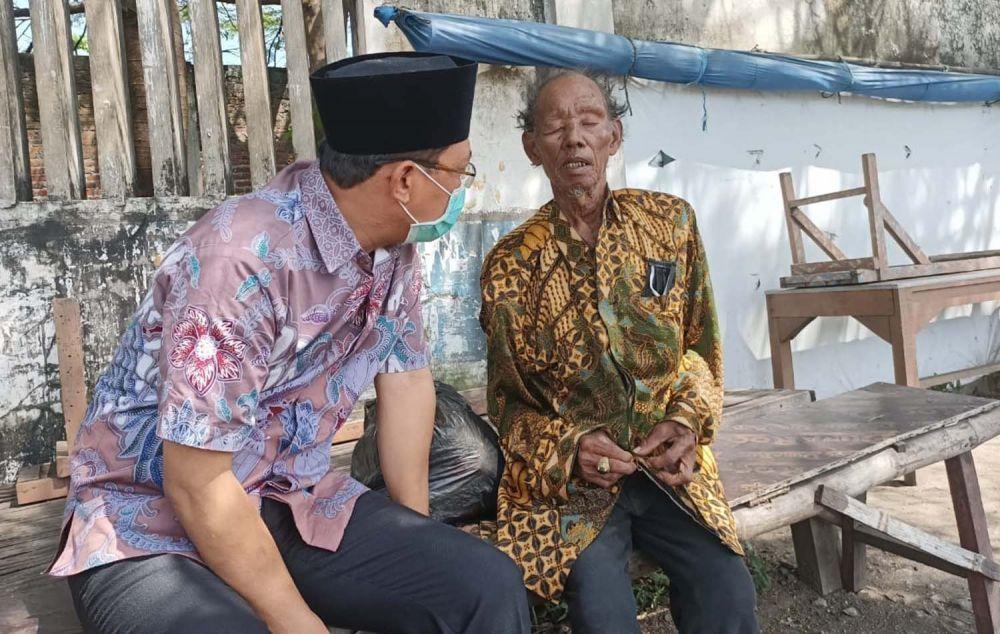 Ketua DPRD Kabupaten Pasuruan Sudiono Fauzan menolong kakek terlantar asal Probolinggo