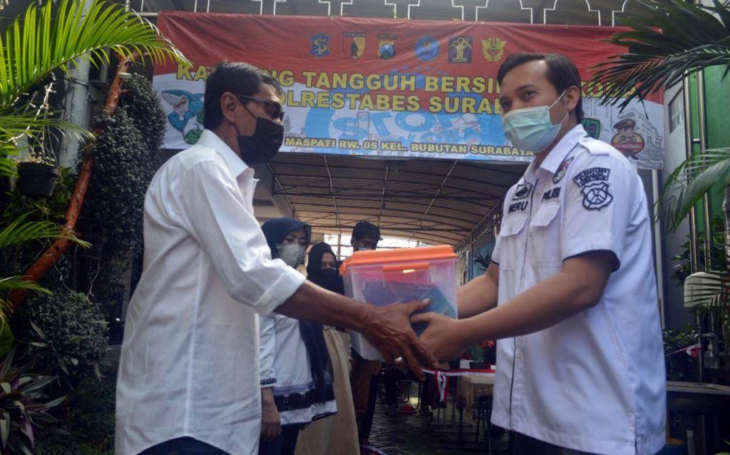 Wakasat Resnarkoba Polrestabes Surabaya, Kompol Heru Dwi Purnomo (kanan) di Kampung Tangguh Bersih Narkoba di Kelurahan Bubutan