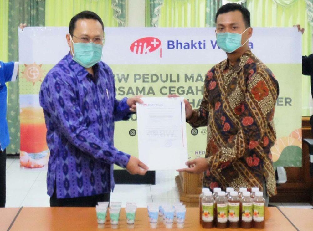 Institut Ilmu Kesehatan Bhakti Wiyata Kota Kediri membagikan hand sanitizer dan jamu gratis kepada masyarakat