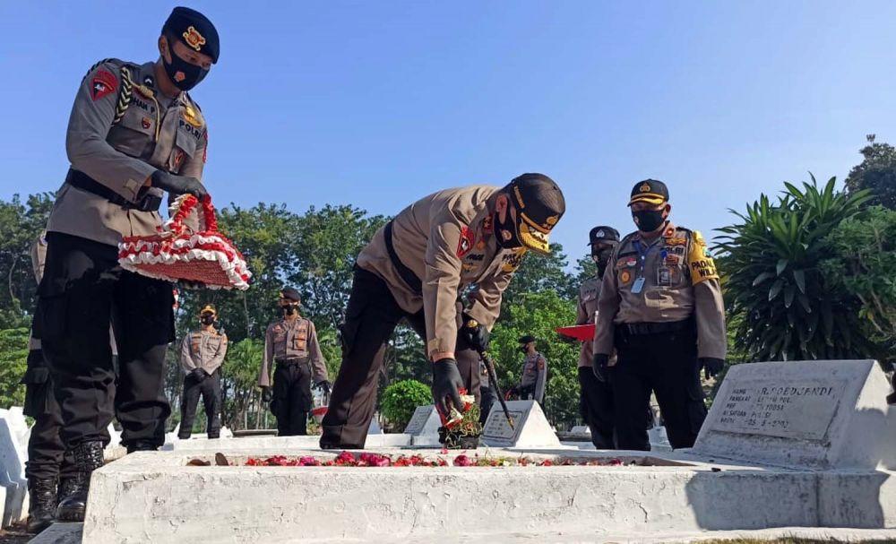 Kapolda Jatim Irjen Pol (Purn) M Fadil Imran saat berziarah ke TMP 10 November, Jalan Mayjen Sungkono, Surabaya