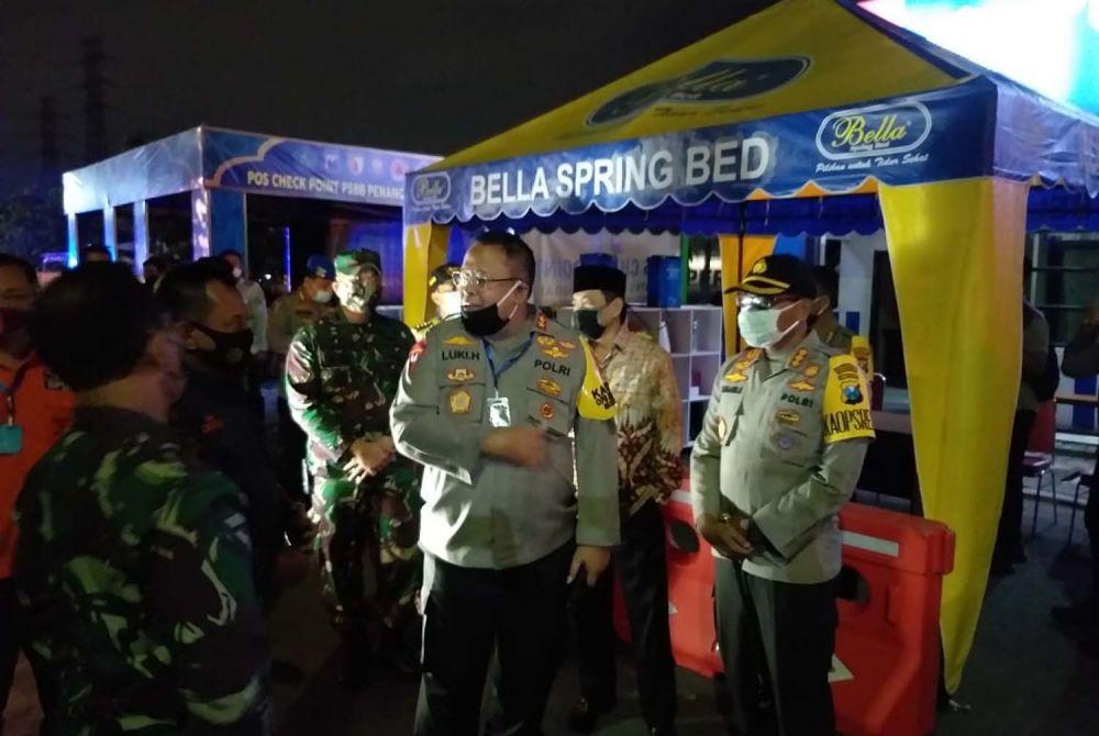 Kapolda Jatim Irjen Pol Luki Hermawan saat meninjau check point PSBB di perbatasan Sidoarjo-Surabaya